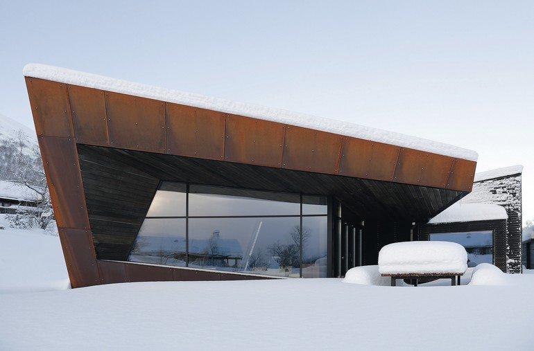 Ein ungewöhnliches Ferienhaus in Ålesund, Norwegen, hat eine Glasfassade von Schüco mit neuester Rahmentechnologie und Dreifach-Isolierverglasung erhalten. Bild: Invit Arkitekter, Ålesund / Johan Holmquist