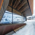 Außenfassade der Logde aus Holz, Glas und korodierten Stahlblechen. Bild: Invit Arkitekter, Ålesund / Johan Holmquist