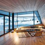 Ausblick vom Wohnraum der Lodge durch große Panoramafenster. Bild: Invit Arkitekter, Ålesund / Johan Holmquist