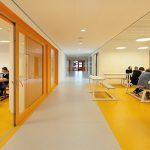 Im 1. und 2. OG finden sich rund um das Atrium offene Erschließungsgalerien, zurückspringende Ruhebereiche sowie durch Schiebetüren flexibel erweiterbare Lehrräume. Bild: Sónia Arrepia