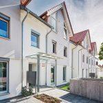 Reihenhäuser mit Spitzgiebeldächern. Bild: Unipor, München