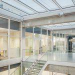 Treppenhaus eines Bürogebäudes mit verglasten Zwischenwänden. Bild: Studio Holger Knauf, Düsseldorf