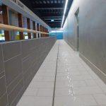 Rund um das neue Kursbecken mit Hubboden und das Cabrio-Becken verläuft die dezente Edelstahlrinne. Bild: Aschl GmbH, Pichl bei Wels