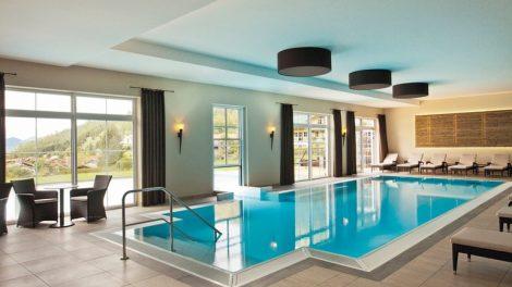 Schwimmbadfenster trennen das Außen- vom Innenbecken auf stilvolle Weise und sind eine ästhetische Alternative zu Folienvorhängen. Bild: Baier