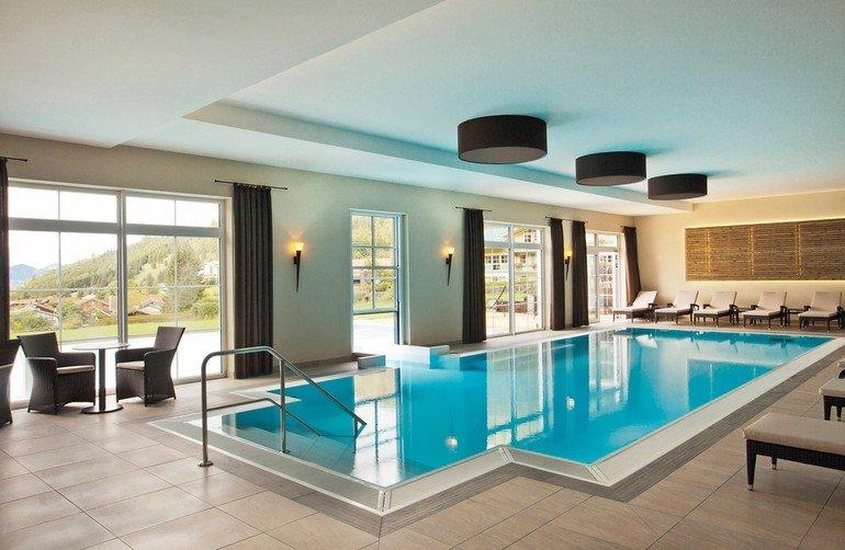 Schwimmbadfenster trennen das Außen- vom Innenbecken auf stilvolle Weise und sind eine ästhetische Alternative zu Folienvorhängen.