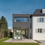 Schwarze Fassade für Erweiterungsbau in Stuttgart. Bild: Zooey Braun