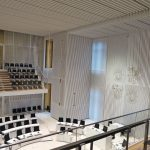 Identitätsstiftend wirkt der modern interpretierte Schlosssaal, heute der Plenarsaal im zeitgenössischen Design. Bild: Fermacell GmbH