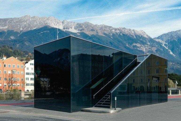Glasfassade an einem Pumpwerk in Innsbruck
