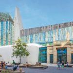 Am Übergang zweier neuer Uni-Gebäude in Leipzig wurde eine optisch durchgehende, 36 m hohe absturzsichernde Brandschutzverglasung realisiert. Bild: Swen Reichhold / Universität Leipzig, SUK