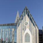 Mithilfe einer gelungenen Kombination aus Stein und Glas ist es den Architekten gelungen, die Umrisse der alten Kirche wiederzugeben. Bild: Hoba