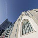 Eine gotische Rosette und ein Spitzbogenfenster sind eine Reminiszenz an die alte Paulinerkirche, die 1968 auf Geheiß der DDR-Regierung gesprengt wurde. Bild: Hoba