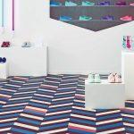 Modulare Vinyl-Fliesenböden lassen sich in den Farben, Formen und Mustern kombinieren und beispielsweise im Ladenbau auch einem expressiven Corporate Design des Nutzers anpassen. Bild: Tarkett