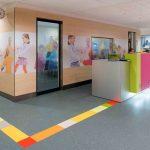 Fußbodenbeläge können als Orientierungshilfen oder Wegeleitsysteme dienen, hier zum Beispiel als farbige Intarsien im Kautschukbelag. Bild: Imre Csany/nora systems