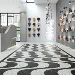 Luxury Vinyl Tiles (LVT) bestehen aus Einzelelementen in verschiedensten Formen, die sich erst bei der Verlegung mosaikartig zur geplanten Optik ergänzen – hier etwa in Assoziation an unterschiedlich große Porzellanscherben. Bild: objectflor