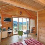 Holzhütte mit dem Komfort eines Hotels: modernes Bad, Minibar und WLAN sowie modernes Split-Klimasystem. Bild: Mitsubishi Electric