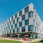 Offen, transparent und sicher: Beim Neubau der AEB-Firmenzentrale in Stuttgart kamen Glaswände und -türen aus Brandschutzglas zum Einsatz. Bild: AEB GmbH