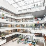 In der Architektur des Neubaus sollte sich die offene Unternehmenskultur widerspiegeln. Herz des fünfgeschossiges Gebäudekomplexes ist deshalb ein großzügiges, 21m hohes Atrium. Bild: Promat