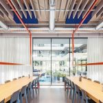 Da allein das Erdgeschoss eine Deckenhöhe von über 3,50m aufweist, waren Glasflächen in einer sehr großformatigen Abmessung notwendig. Bild: Promat
