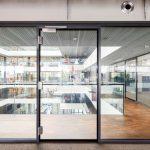 Glastür mit zugehöriger Glastrennwand. Bild: Promat