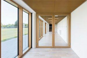 Massivholz-Rahmentüren: Filigrane Profile und großflächige Verglasungen. Bild: Schörghuber