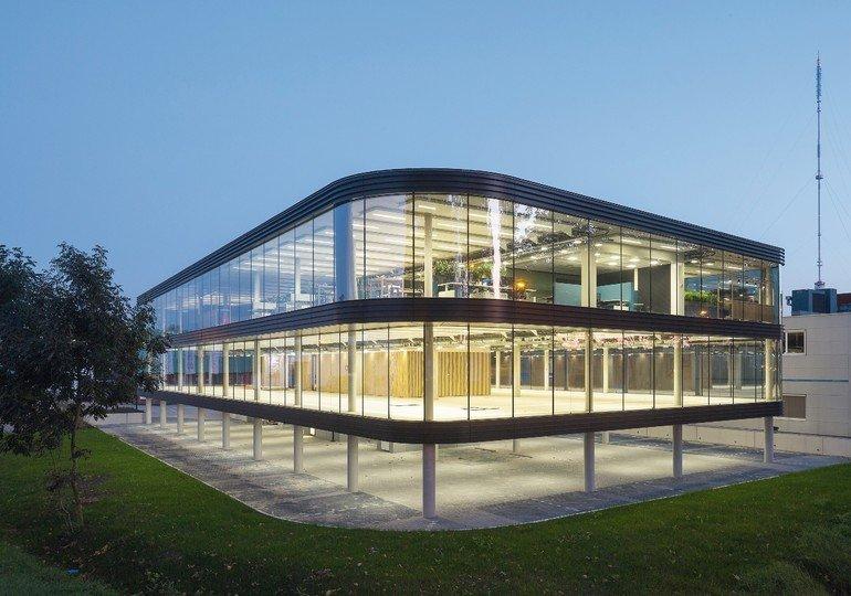 Glasfassade mit konkaven und konvexen Rundungen. Bild : Luuk Kramer