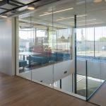 Die Transparenz von außen wird innen fortgesetzt – mit Trennwänden aus Glas. Bild: Luuk Kramer
