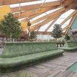 Die Oberfläche der Sitzbänke und Spreewaldkähne ist bestens für die zu erwartende Beanspruchung durch die Feuchtigkeit, die Besucher und das Chlor geeignet. Bild: wedi