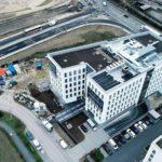 Beim Neubau eines Bürogebäudes kam eine elektrische Rampenheizung für die Tiefgaragenzufahrt zum Einsatz. Bilder: AEG Haustechnik