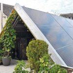 Solarkollektoren auf dem Dach und an der Fassade