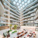 Atrium mit viel Tageslicht im Forschungs- und Laborgebäude Biomedicum in Stockholm von C.F. Møller Architects