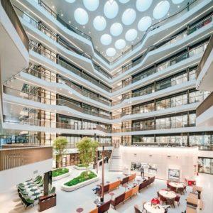 Atrium mit viel Tageslicht im Forschungs- und Laborgebäude Biomedicum in Stockholm