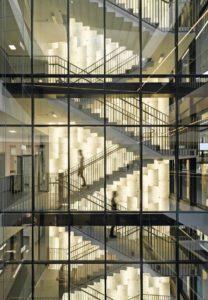 Treppenhaus mit hinterleuchteter Glaswand im Forschungs- und Laborgebäude Biomedicum in Stockholm von C.F. Møller Architects