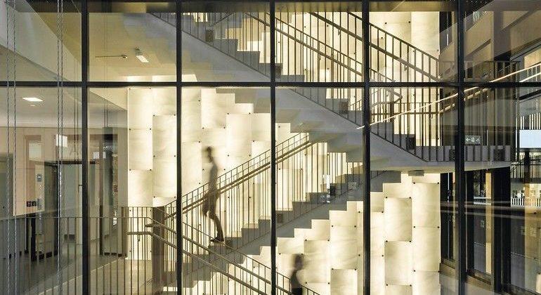 Hinterleuchtete Glaswände aus handgefertigtem Glas in Treppenhaus