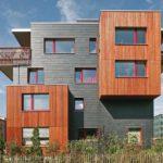Schieferfassade als Kontrast zur Holzverkleidung.