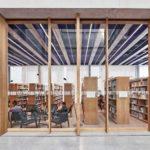 Blick vom Atrium in die Bibliothek in der Fachhochschule in Muttenz von pool Architekten