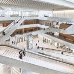 Atrium-Luftraum mit sich kreuzenden Treppenläufen in der Fachhochschule in Muttenz von pool Architekten