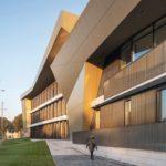 Holz-Glasfassade und Metalldach einer Musikschule in Ventspils in Lettland