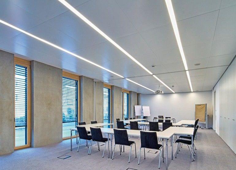 Konferenzraum mit Decken-Leuchtleisten