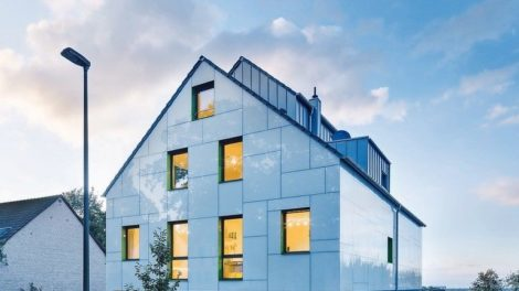 Haus mit vollflächiger WDVS-Glasfassade