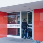 Eingangstüre mit farbigen WDVS-Glaselementen.