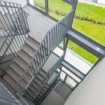 Die akustische Entkopplung des Treppenlaufs zur Bodenplatte erfolgte durch die Tronsole Typ B. Bild: Schöck Bauteile GmbH