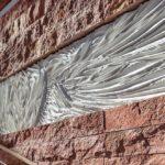 Zwischen rotem Travertin wurde weißer Beton an der Oberfläche gefaltet - mit der Assoziation der entwerfenden Modedesignerin an Kleiderfalten. Bild: ScagliolaBrakkee / © Neutelings Riedijk Architects