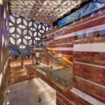 Innenansicht mit gefiltertem Licht und überraschenden Sichtbezügen im von außen wiederholten vielschichtigen Design. Bild: ScagliolaBrakkee / © Neutelings Riedijk Architects