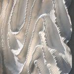 Für Fassaden von exquisitem Design: Weißer Beton mit seidenweich gefalteten Oberflächen. Bild: ScagliolaBrakkee / © Neutelings Riedijk Architects