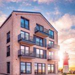Optisch wie energetisch perfekte Gebäudehülle durch die mit Klinker verkleidete Abdichtungsebene der Fensterelemente. Bild: Veka AG / dasHolthaus GmbH