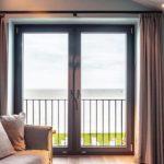Innen ordnen sich die wertigen Oberflächen der Fensterprofile ins warm-komfortable Design ein. Bild: Veka AG / dasHolthaus GmbH