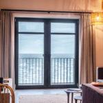 Die besonders reflexionsarme Materialität sowie sanfte Haptik der Fensterprofile unterstreichen das hochwertige Interieurkonzept. Bild: Veka AG / dasHolthaus GmbH