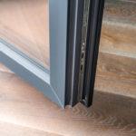 Erdige Hölzer am Boden und gebrannte Klinker an den Wänden bilden mit den Fenstern eine optische Einheit. Bild: Veka AG / dasHolthaus GmbH