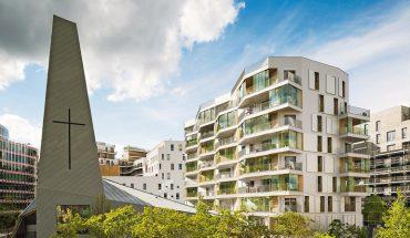 Um den Wohnraum witterungsunabhängig nach außen zu erweitern, wurde ein Gebäude nahe Paris mit einem manuellen Schiebeladen-System aus Glas ausgestattet.