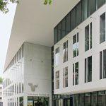 Visitenkarte für Bankhaus: Betonwerkstein - elegant flächenbündig. Bild: Dyckerhoff